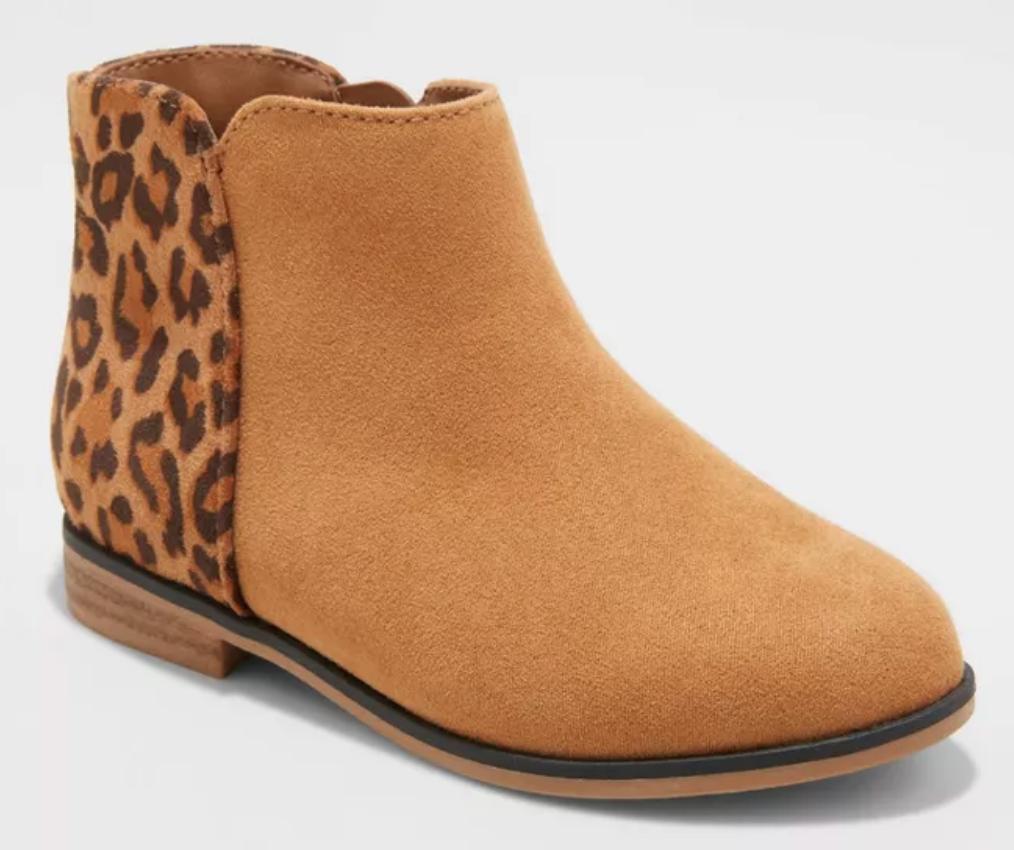 balita perempuan tan sepatu bot